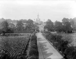 Cowley Road Hospital in 1916, with crops in front